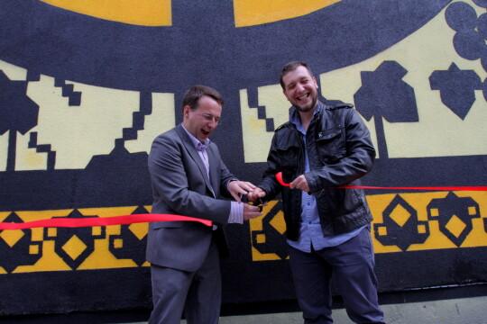Autor muralu Marcin Wierzchowski (L) oraz dyrektor Muzeym Galicja Jakub Nowakowski (P) przecinają wstęgę