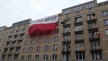 """Tęcza, gwiazda Dawida i półksiężyc na polskiej fladze na trasie Marszu Niepodległości. """"Profanacja"""""""