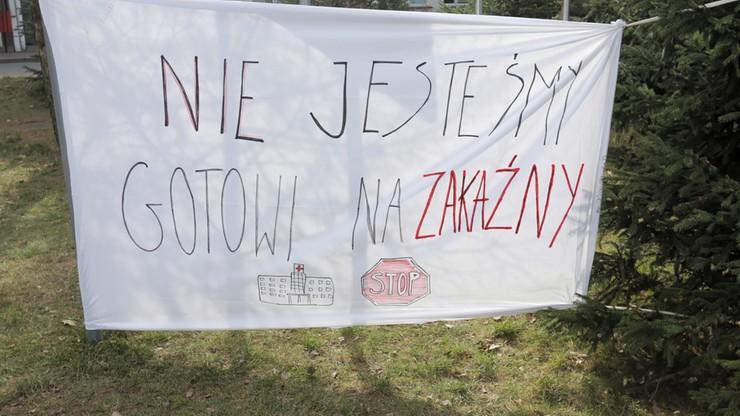 Szpital w Łomży. Pracownicy nie odpuszczają, dyrektor rozkłada ręce