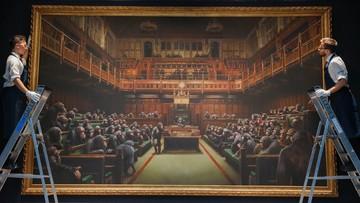 Obraz Banksy'ego sprzedany za rekordową cenę. Przedstawia szympansy w Izbie Gmin