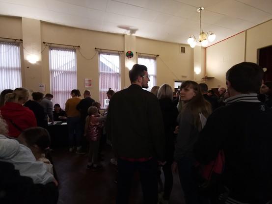 Tłumy w loklau wyborczym w Coventry