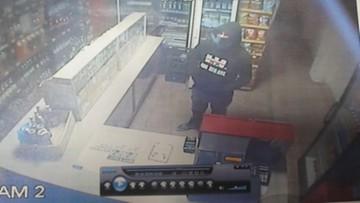 Napad na sklep w Mońkach. Groził ekspedientce, zabrał ptasie mleczko