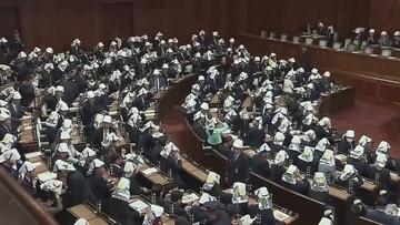 Sala pełna posłów... w kaskach. Nietypowe szkolenie w Japonii