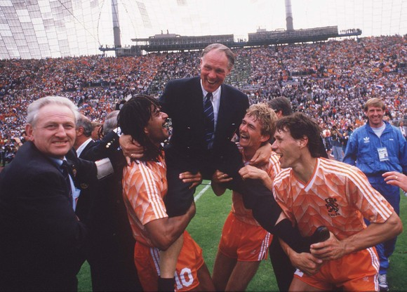 Trener Michels tuż po zwycięstwie w mistrzostwach Europy 1988