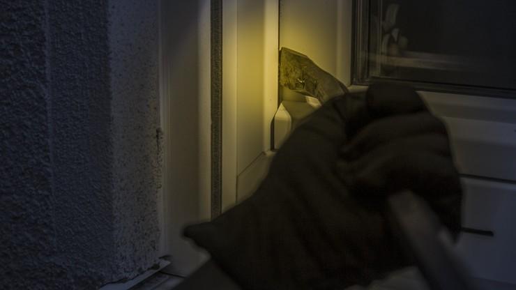 Włamywacz zasnął w okradanym mieszkaniu. Obudzili go policjanci
