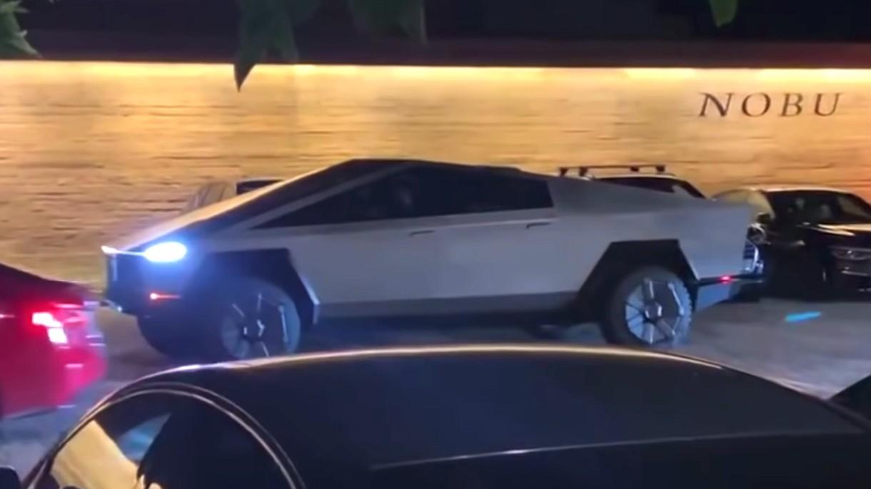 Elon Musk jeździ Cybertruckiem bez lusterek i tablic. Oto efekty takiej jazdy (film)