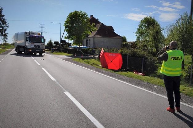 Motocyklista próbował wyprzedzić śmieciarkę