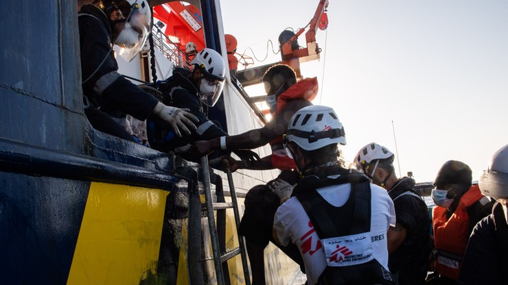 Niemiecka organizacja zabrała uchodźców z łodzi Banksy'ego. Na pokładzie było ciało