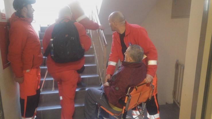 Pan Piotr wyszedł w środę ze szpitala - mężczyzna jest po operacji, nie może chodzić. Do mieszkania musieli go przynieść ratownicy medyczni.