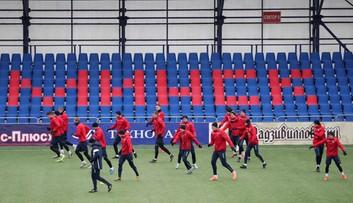 Piłkę nożną gra się obecnie tylko na Białorusi. Kibice mają jednak dość