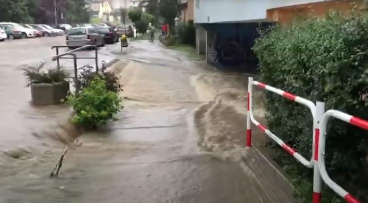 Gwałtowna ulewa z gradem nad Kłodzkiem. Ulice zamieniły się w rzeki