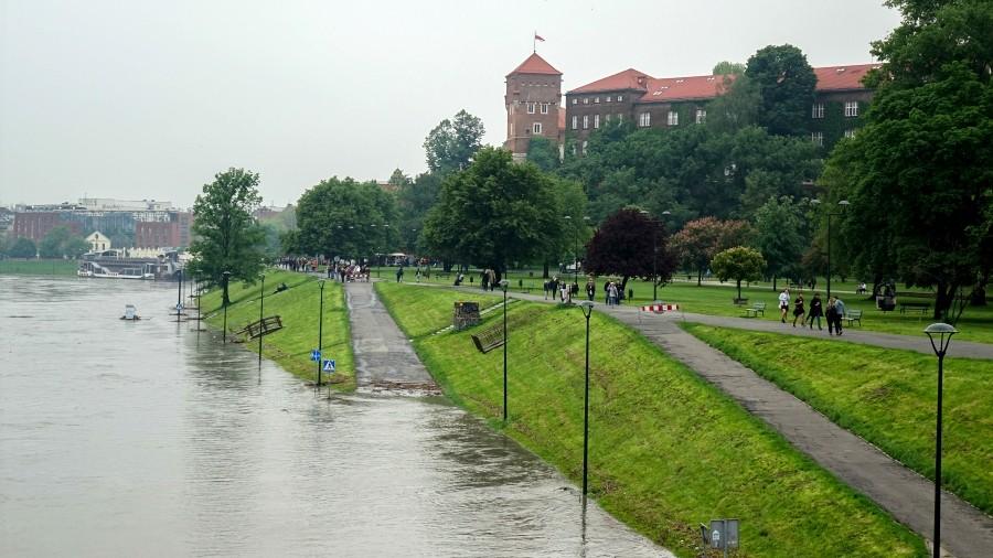 01-06-2020 10:15 Po ulewach na Wiśle utworzyła się 2-metrowa fala wezbraniowa, która płynie w kierunku Krakowa