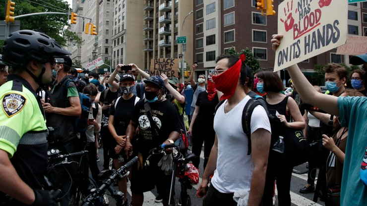"""""""Musimy utrzymywać presję"""". Tysiące protestujących na ulicach Nowego Jorku"""