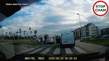 Bójka na środku skrzyżowania. Policja przejechała obok