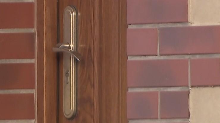 82-latka nie mogła wyjść z mieszkania. Drzwi zablokowały zwłoki