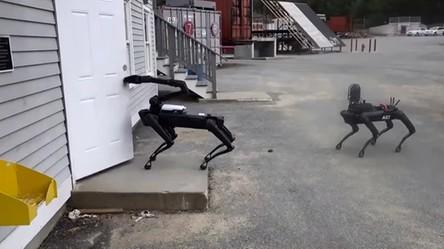 Robot SpotMini od Boston Dynamics pojawił się w szeregach policji (film)