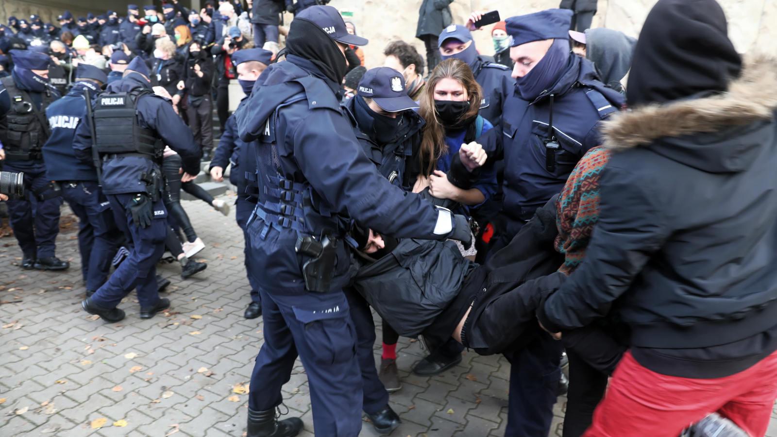 Tajniacy na strajku kobiet. Nieumundurowany policjant użył gazu wobec posłanki